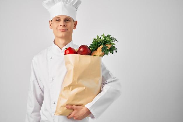 Mężczyzna z dostawą paczki spożywczej do restauracji