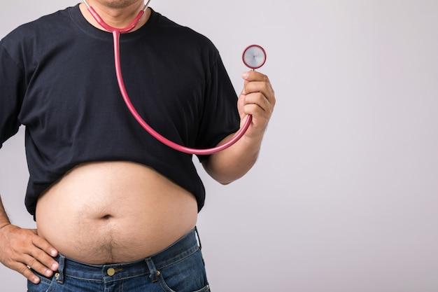 Mężczyzna z dużym brzuchem i stetoskopem