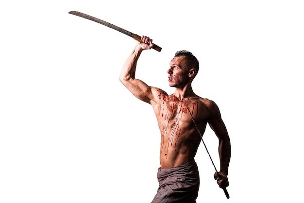 Mężczyzna z dwiema katanami w dłoniach we krwi wroga uderza odizolowane