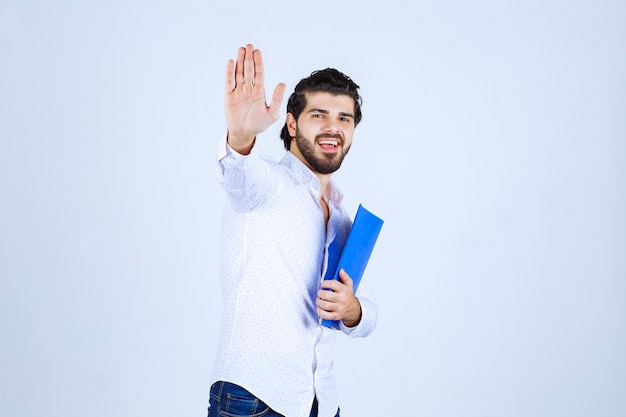Mężczyzna z folderem wita swojego kolegę