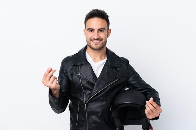 Mężczyzna z hełma motocyklu robi pieniądze gestowi