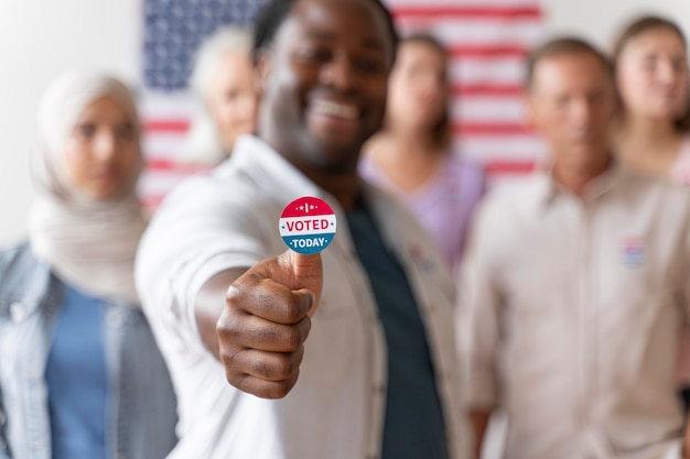 Mężczyzna z ja głosowałem dzisiaj naklejka