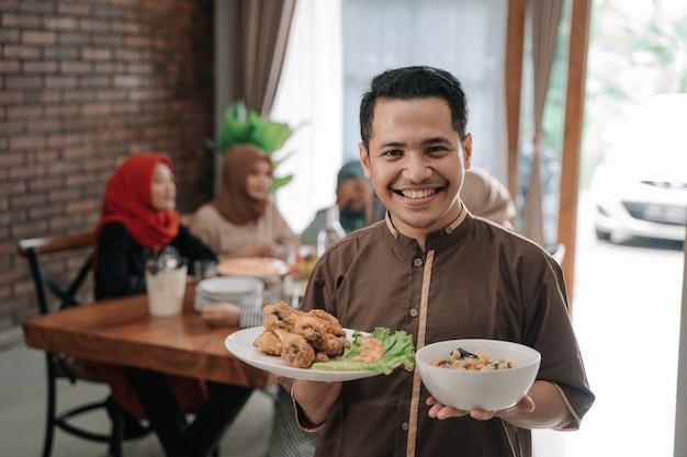 Mężczyzna z jedzeniem na obiad z przyjaciółmi