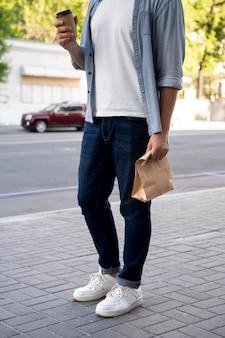 Mężczyzna z jedzeniem na wynos na ulicy?