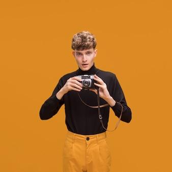 Mężczyzna z kamerą w żółtej scenie