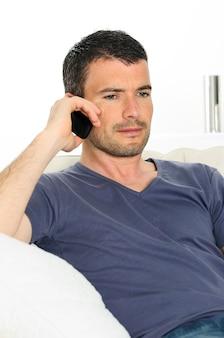 Mężczyzna z komunikacją z telefonem komórkowym