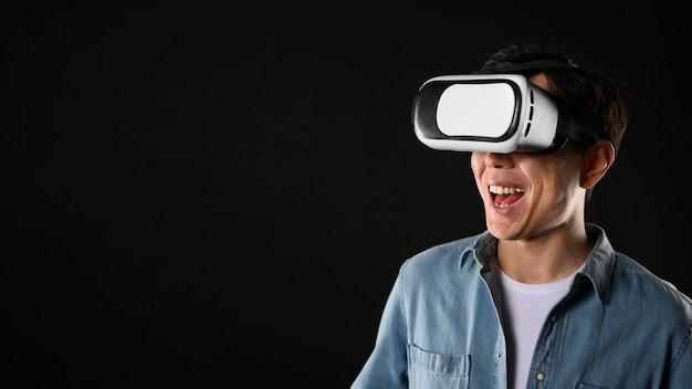 Mężczyzna z kopiowaniem przestrzeni i zestawem słuchawkowym do wirtualnej rzeczywistości