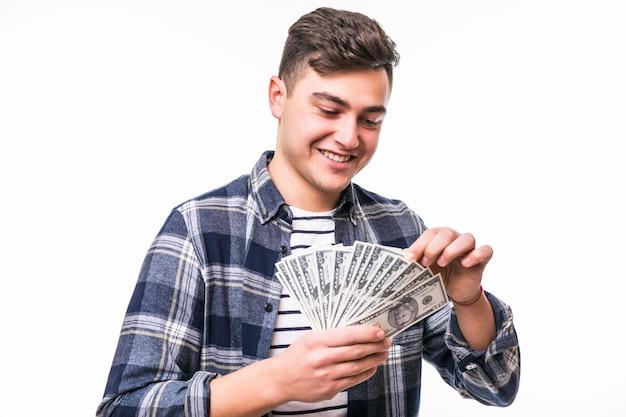 Mężczyzna z krótkimi ciemnymi włosami fanem banknotów dolarowych