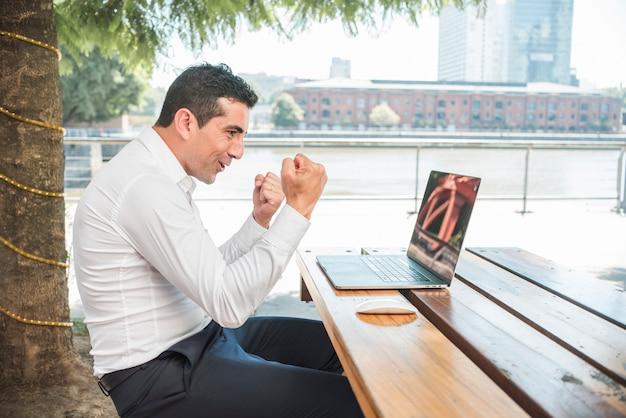 Mężczyzna z laptopem outdoors