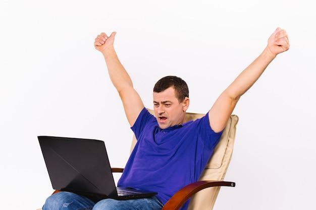 Mężczyzna z laptopem podniósł obie ręce. komunikacja wideo za pomocą gestów znakowych. białe tło.