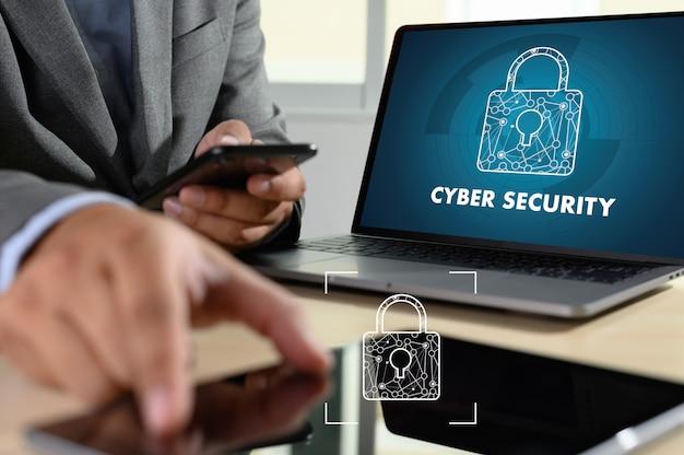 Mężczyzna z laptopem pokazuje cyber bezpieczeństwo na ekranie