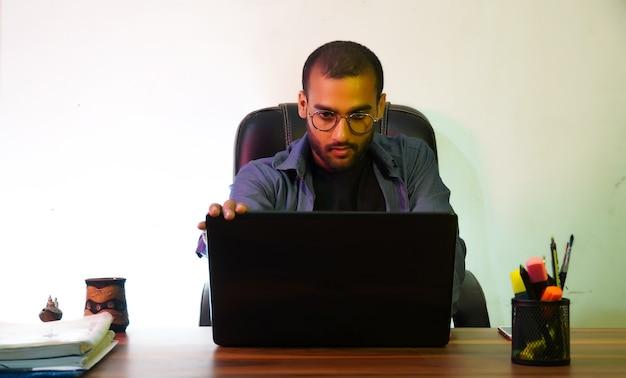 Mężczyzna z laptopem używający laptopa