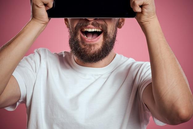 Mężczyzna z laptopem w jego rękach na białym tle