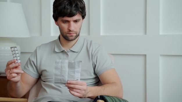 Mężczyzna z lekami czyta instrukcje użycia leku w celach medycznych.