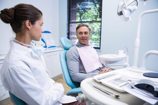 Mężczyzna z lekarzem siedząc na krześle