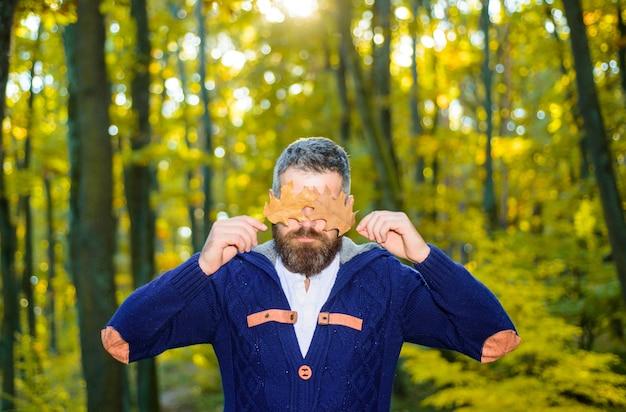 Mężczyzna z liśćmiprzystojny jesienny mężczyzna jesień naturalne tło jesień podróże liść upadek słoneczny dzień mężczyzna
