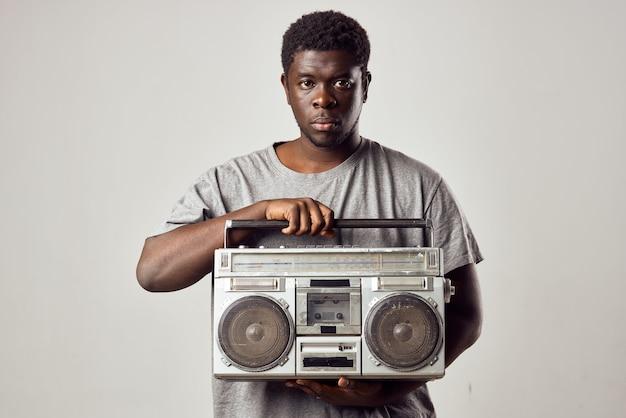 Mężczyzna z magnetofonem w dłoniach słuchający muzyki styl życia afrykańskiego wyglądu