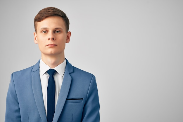 Mężczyzna z marynarką w krawacie na białym tle profesjonalnego wykonawczego