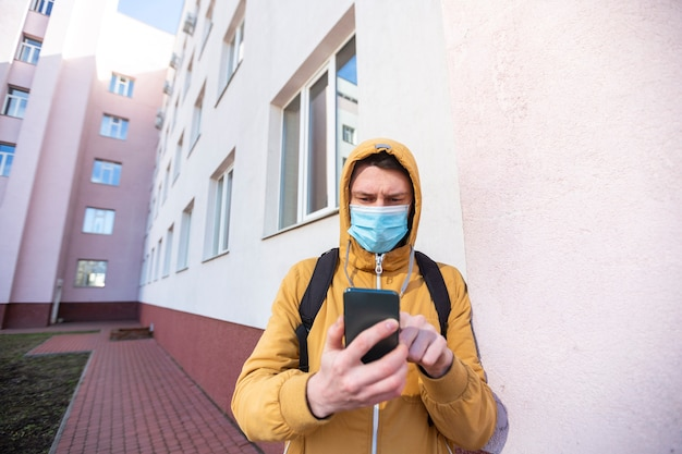 Mężczyzna z maską chirurgiczną plenerową