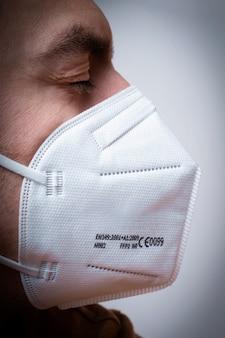 Mężczyzna z maską. maska medyczna na twarz. covid-19, koronawirus. noś maskę, bądź bezpieczny.