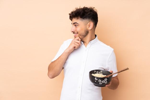 Mężczyzna z miską makaronu