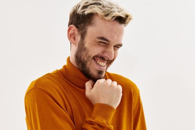 Mężczyzna z modną fryzurą pewności siebie ręką w pobliżu twarzy