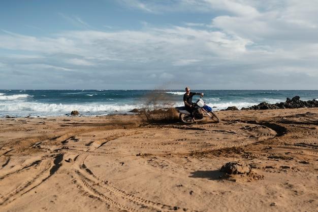 Mężczyzna z motocyklem na hawajach