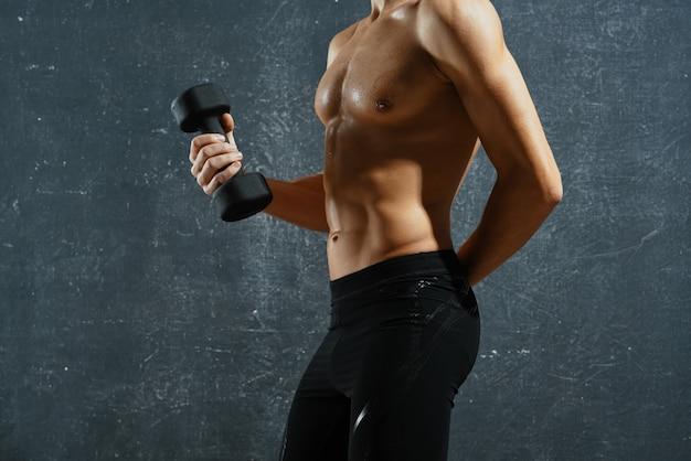 Mężczyzna z napompowanym stylem życia ćwiczeń abs