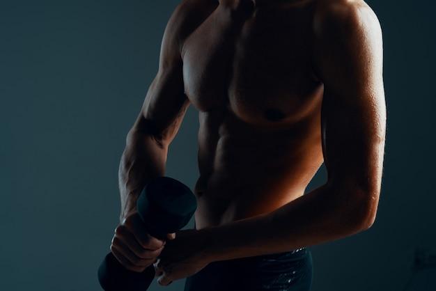 Mężczyzna z napompowanym treningiem mięśni ciała