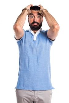 Mężczyzna z niebieską koszulę z kajdanek