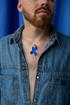 Mężczyzna z niebieską listopadową wstążką