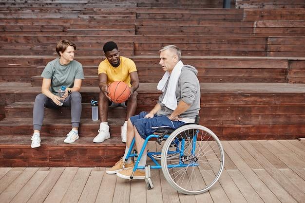 Mężczyzna z niepełnosprawnością opowiada o meczu koszykówki