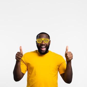 Mężczyzna z okularami przeciwsłonecznymi pokazuje ok znaka