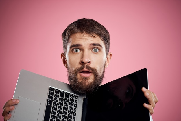 Mężczyzna z otwartym laptopem pod głową