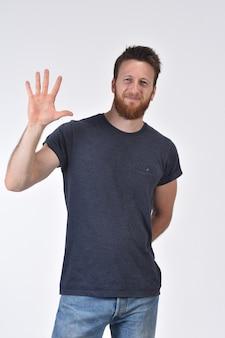Mężczyzna z palcem w kształcie liczby pięć
