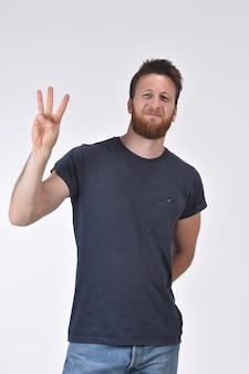 Mężczyzna z palcem w kształcie liczby trzy