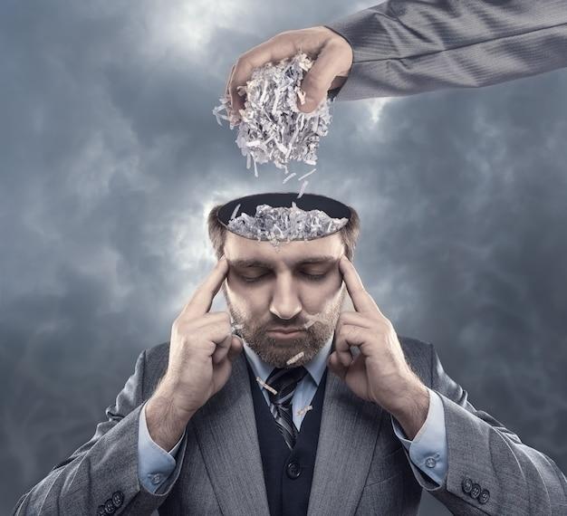Mężczyzna z papierem w mózgu