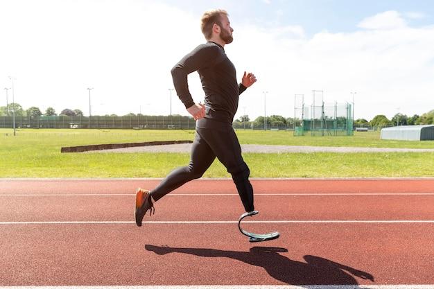 Mężczyzna z pełnym strzałem z bieganiem protezy nogi
