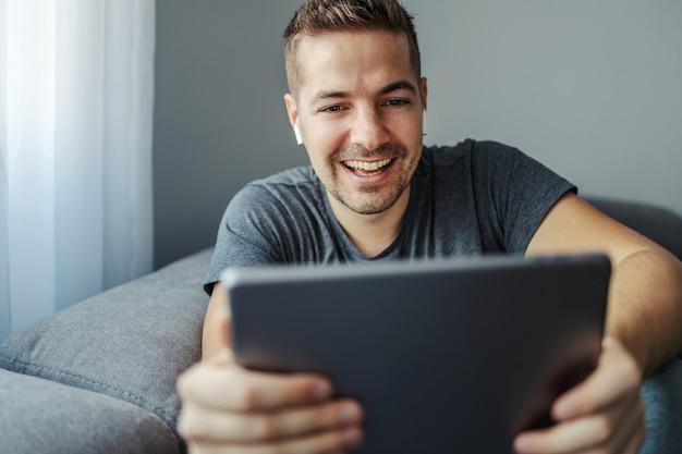 Mężczyzna z pięknym uśmiechem dyskutuje z przyjaciółmi i współpracownikami