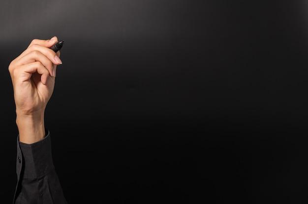 Mężczyzna z piórem w czarnej sukience