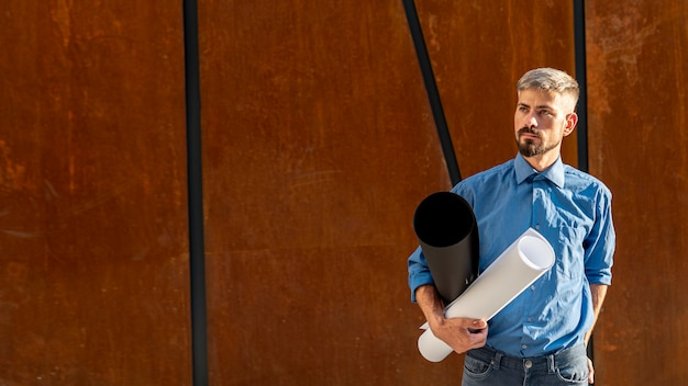 Mężczyzna z plan budowy i kopii przestrzenią
