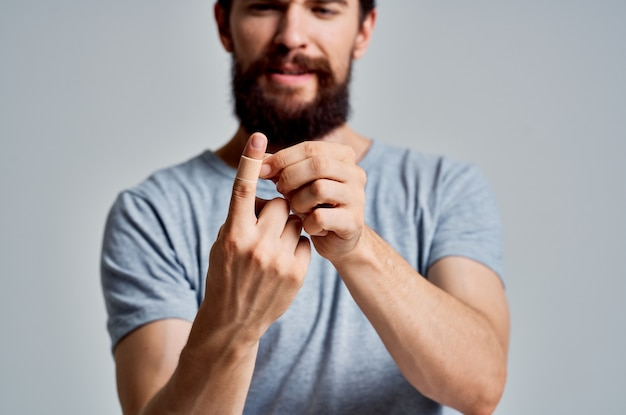 Mężczyzna z plastrem na lekarstwie na kontuzję palca