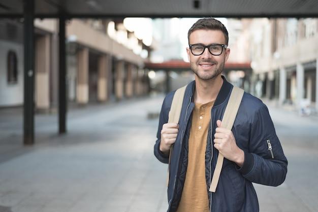 Mężczyzna z plecaka uśmiechniętym uczniem