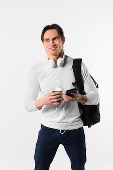 Mężczyzna z plecakiem i telefonem komórkowym