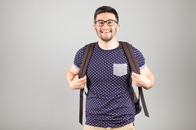 Mężczyzna z plecakiem odizolowywającym