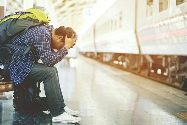 Mężczyzna z plecakiem turystycznym spóźnił się na stację.