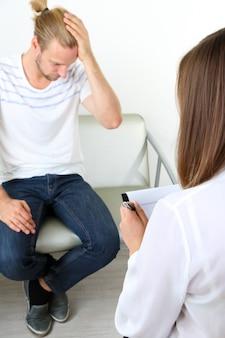 Mężczyzna z problemem w recepcji do psychologa