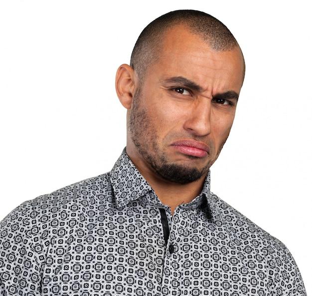 Mężczyzna z przygnębionym wyrazem twarzy
