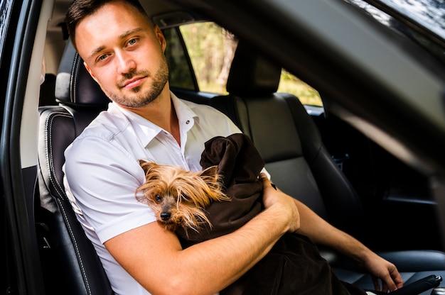 Mężczyzna z psem patrzeje kamerę