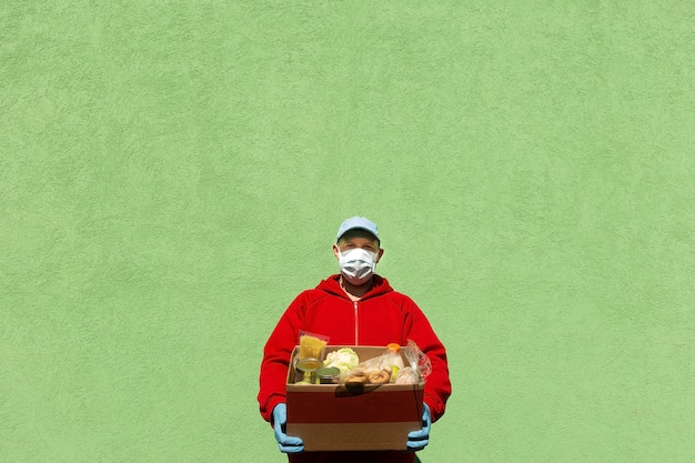 Mężczyzna z pudełkiem jedzenia, pomocą i darowizną żywności